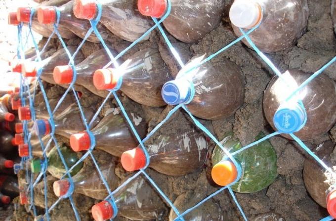 Как сделать подпорную стенку из пластиковых бутылок