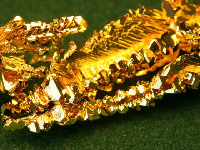 Кристаллы природного золота - большая редкость в наше время.