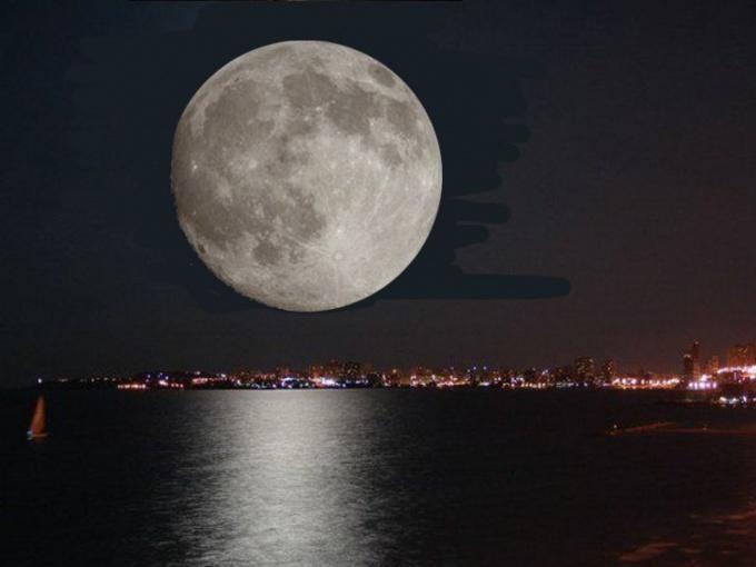 Почему на экваторе луна кажется больше по размеру