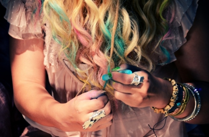 How to dye your hair with crayons
