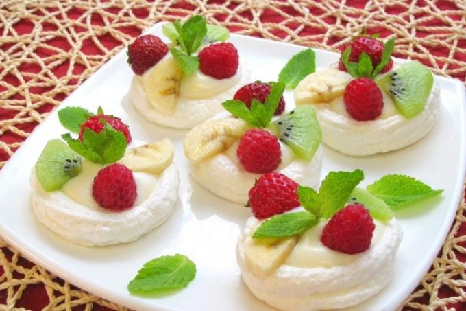 Безе с кремом и фруктами