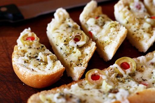 Как приготовить чесночный хлеб с оливками