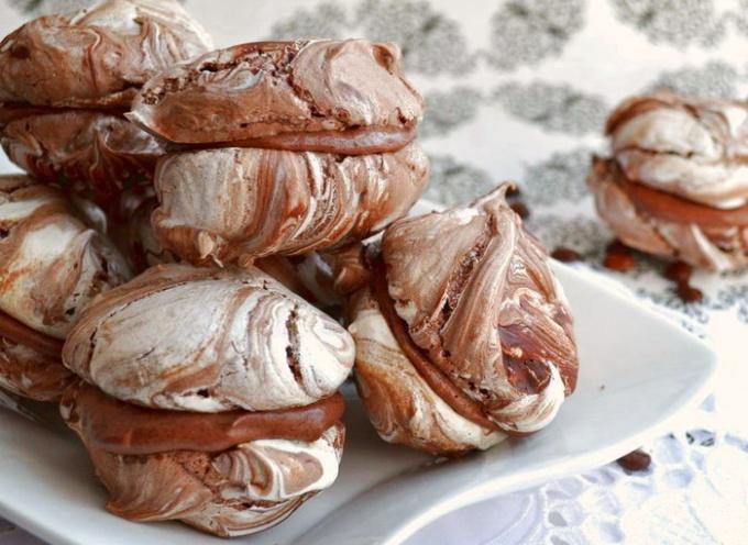 Меренги с малиной и шоколадом