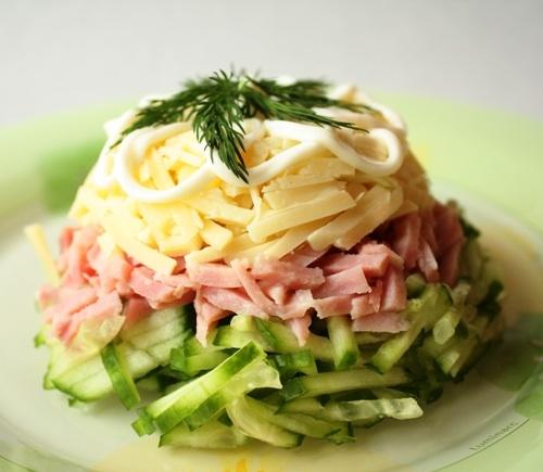 Готовый салат из ветчины и сыра