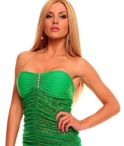 Make-up under the green dress