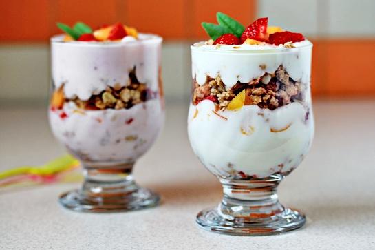 Как приготовить вкусный десерт с йогуртом, мюсли и свежими фруктами