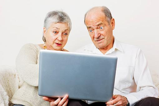 Компьютер и пожилой человек