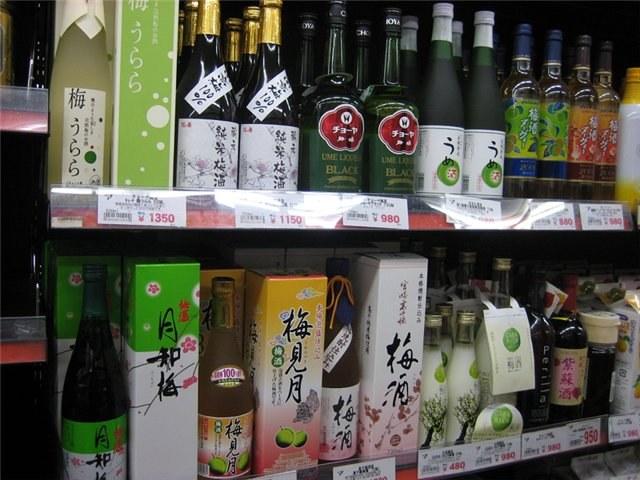В японских магазинах представлен большой выбор сливовых вин