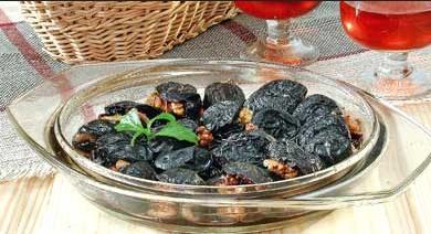 Орехово-сливовый салат