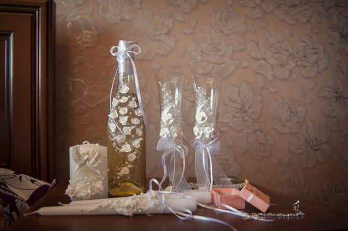 Как верно оформлять и декорировать свадебные фужеры