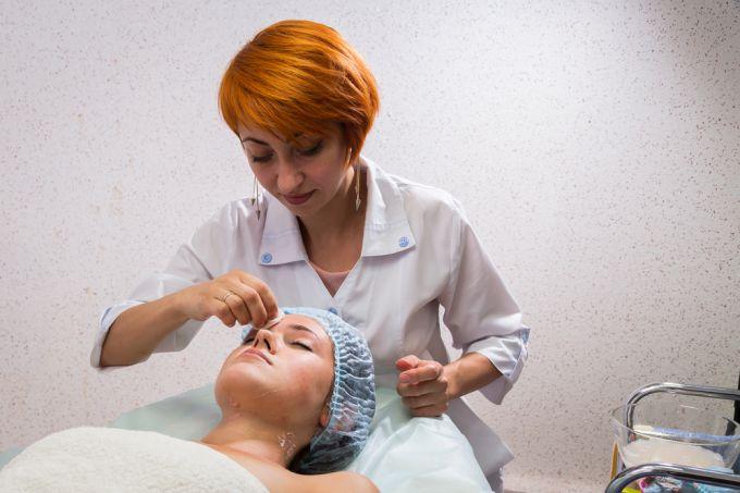 Уход за проблемной кожей лица. Механическая чистка: противопоказания и эффекты