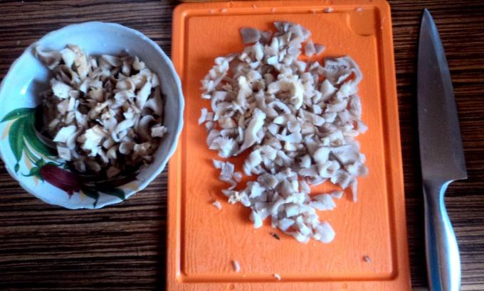 Режьте грибы не очень мелко, но и не слишком крупно