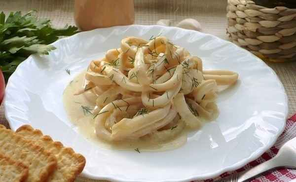 Жареные кальмары с овощами в сметанном соусе