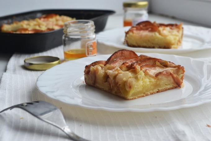 Как приготовить яблочно-медовый бисквитный пирог