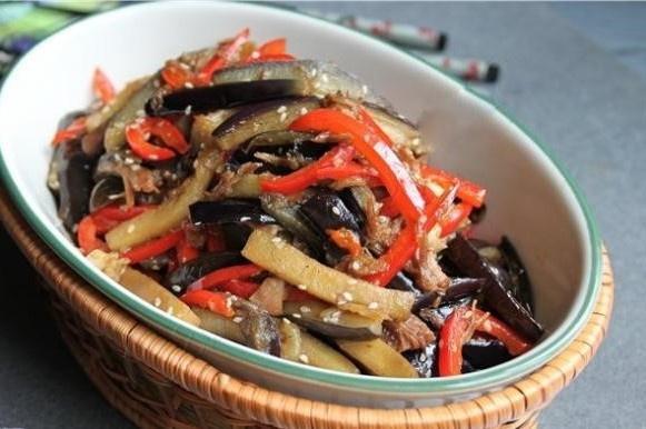 Готовим теплый салат с баклажанами и мясом