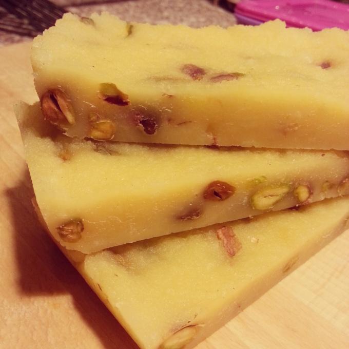 Твердый домашний сыр с фисташками 0% жирности