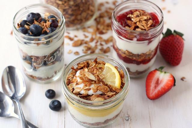 Чем полезным дополнить йогурт