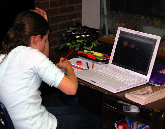 Даже уроки некоторые ребята предпочитают делать за компьютером