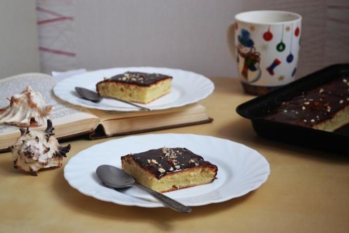 Кекс, украшенный шоколадной помадкой и молотыми орехами