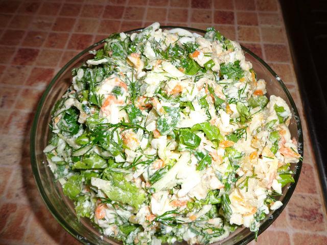 Салат с копченой курицей и сырными чипсами