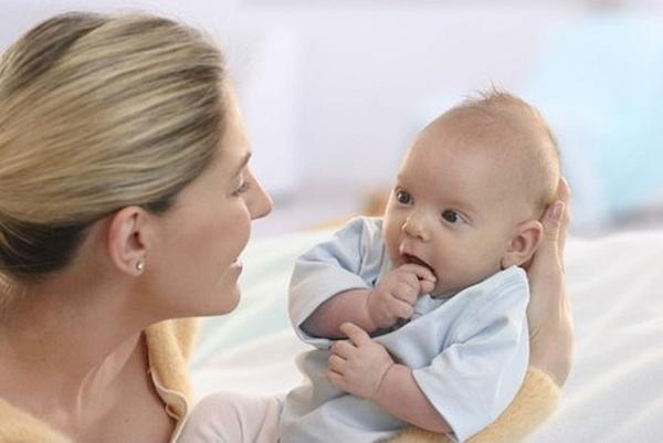 Нужно ли брать младенца на руки