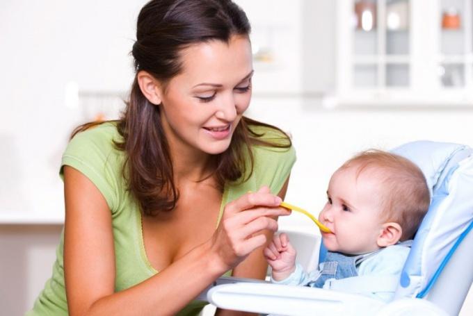 Как правильно вводить прикорм малышу