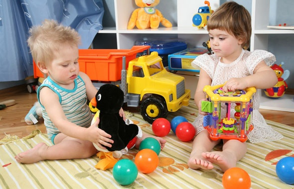 Выбираем игрушки для малышей