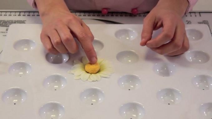 Как сделать из мастики ромашку