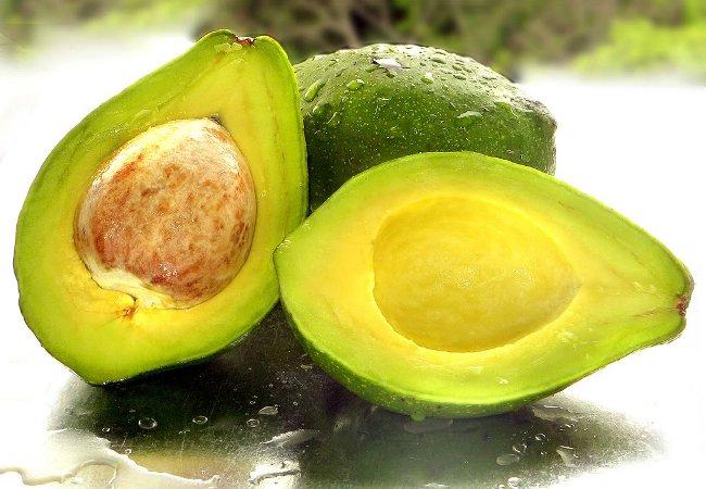 Салат из авокадо и кедровых орешек
