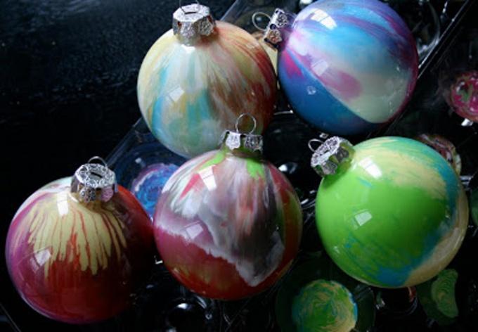Как сделать новогодние шарики, разукрашенные изнутри
