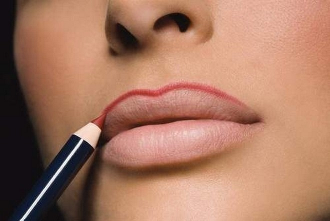 Correction of the shape of the lips with makeup