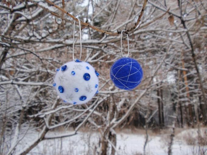 Войлочные шары - оригинальные новогодние украшения