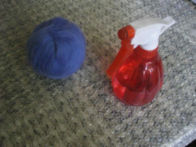 Намочить шарик горячей мыльной водой
