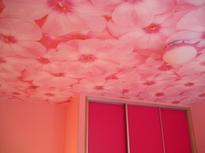 Как клеить обои на потолок в одиночку