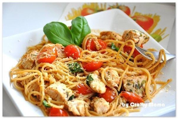 Спагетти с пряной курицей в томатном соусе
