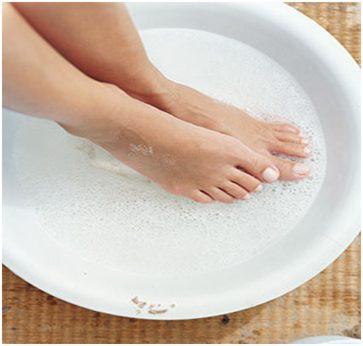 согреть ноги в тазу с водой