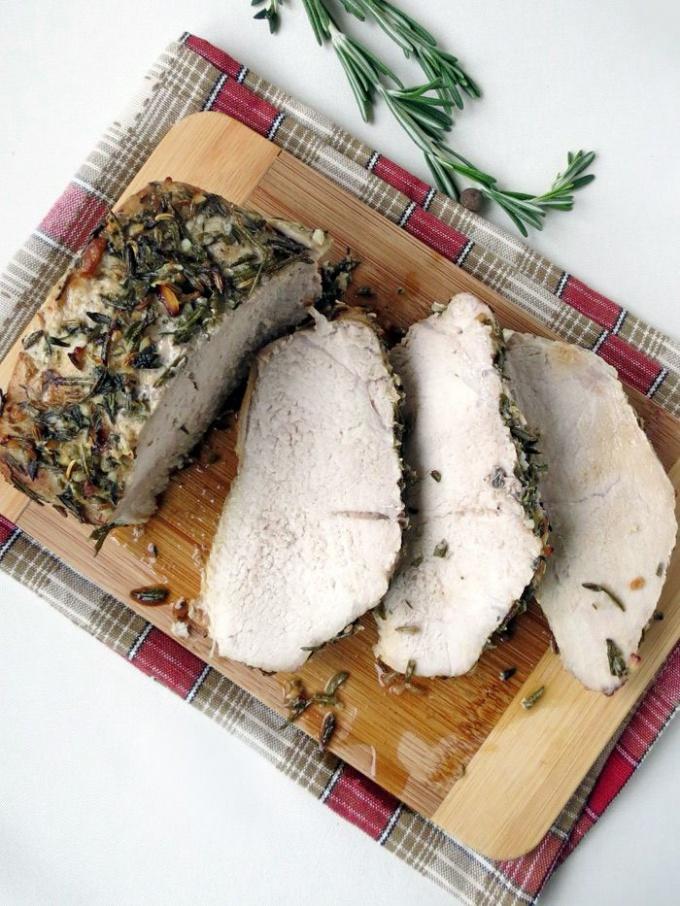 Как запечь свинину с ароматными травами