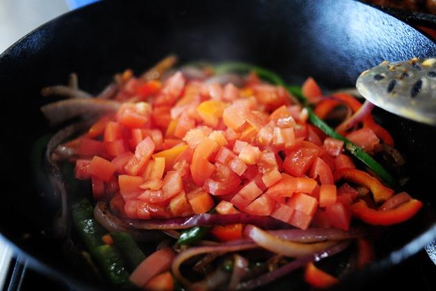 Как приготовить пасту с курицей, овощами и каджунской приправой