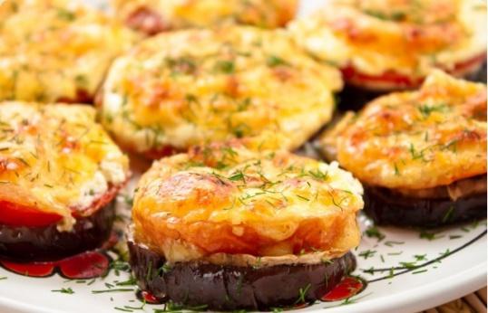 Запеченные баклажаны с помидорами и сыром