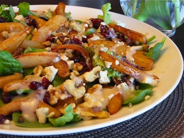 Салат с грушей, голубым сыром и сушеной клюквой