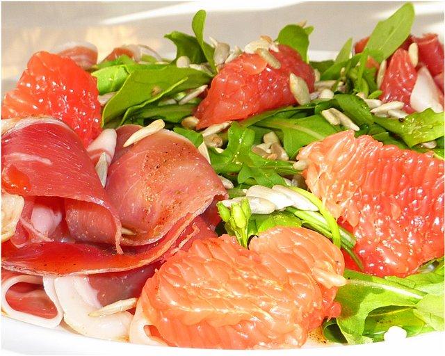 Салат с ветчиной и грейпфрутом