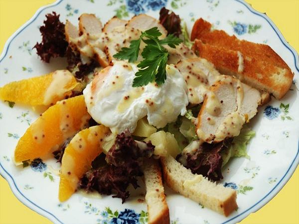 Салат из курицы с яйцами-пашот