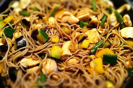 Гречневая лапша с овощами и креветками