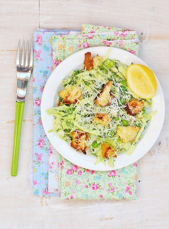Салат из капусты с горошком и гренками