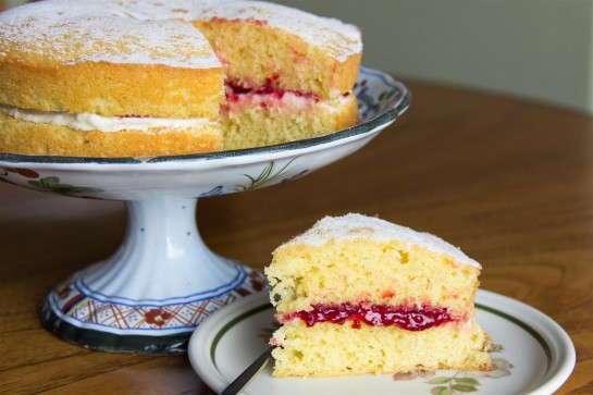 Как испечь воздушный пирог с прослойкой из малинового джема