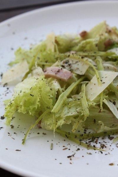 Салат из стеблей бораго с ветчиной и пармезаном
