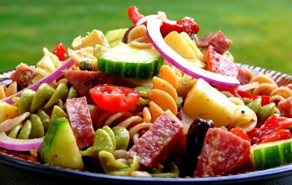 Макаронный салат можно приготовить из разных продуктов