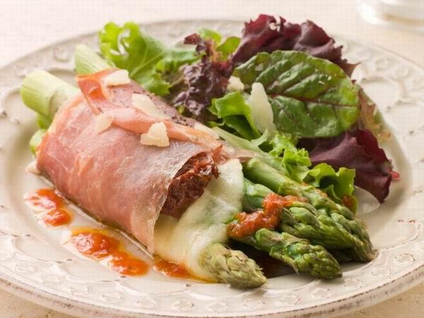 Салат с рулетом из ветчины