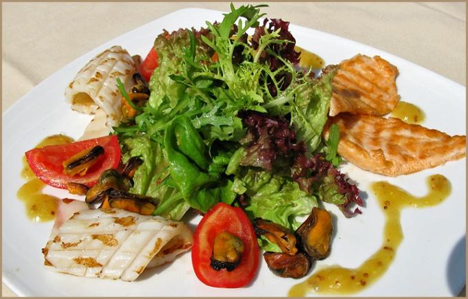 Маринованные морепродукты с салатом