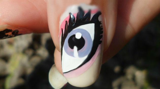 Как нарисовать гигантский глаз в маникюре